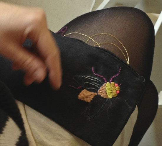 Broderet flue på Ninas knæ